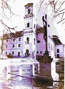 Zavjetno raspelo ispred župne crkve