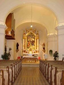 Obnovljena unutrašnjost crkve s glavnim oltarom