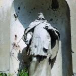 Stradali kip na pročelju kapelice