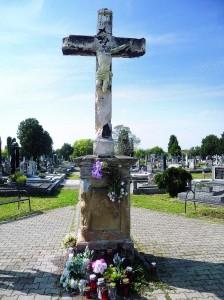 Križ na Katoličkom groblju u Starom Vukovaru