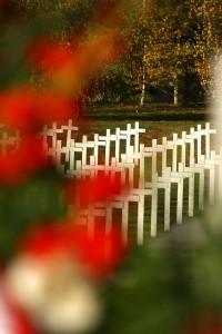 Bijeli križevi s cvijećem