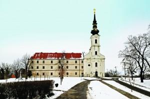 Crkva pogled na pročelje samostana sa zvonikom