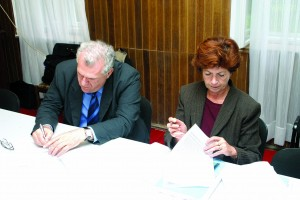potpisivanje primopredajnoga zapsnika o povratu knjiga u Vukovar Zemun 19 11 2004, Goran Bekina, fotograf,  Ministarstvo kulture RH